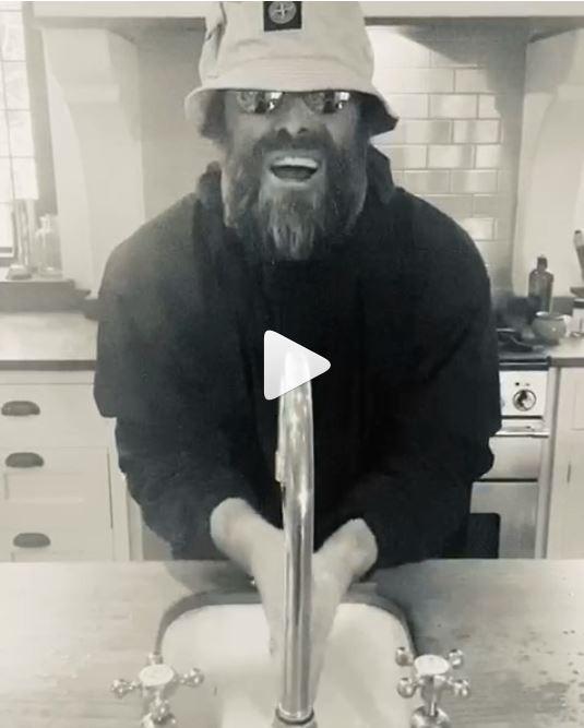 VIDEO - Liam diverte sui social con le canzoni riadattate mentre si lava le mani