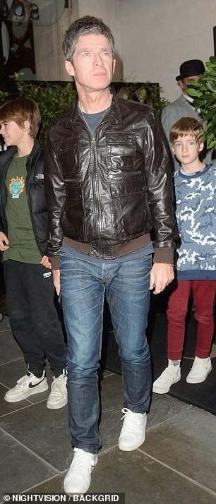 Foto di Noel Gallagher con figli per il 49 compleanno di Sara MacDonald