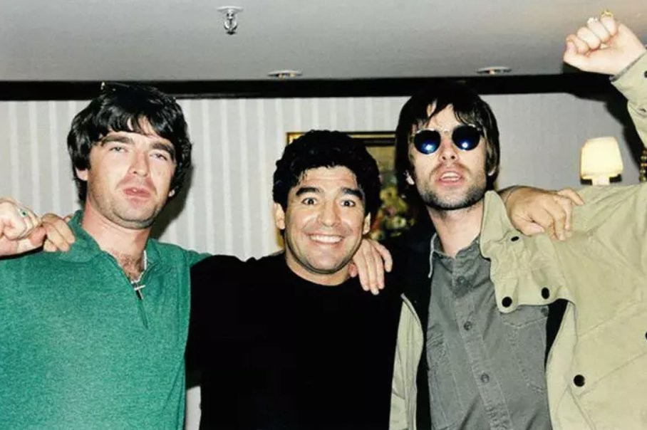 Omaggio dei Gallagher al mito Maradona