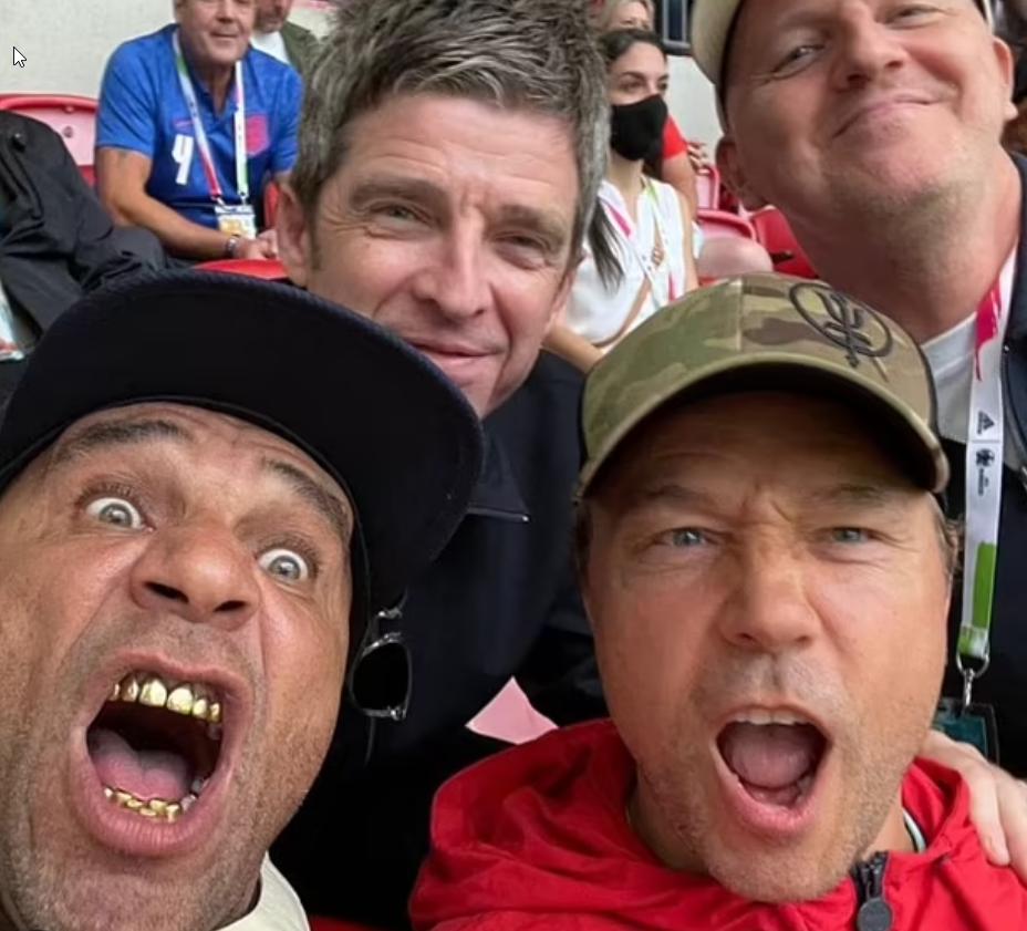 Noel Gallagher festeggia :D con i suoi amici la sconfitta dell'Inghilterra